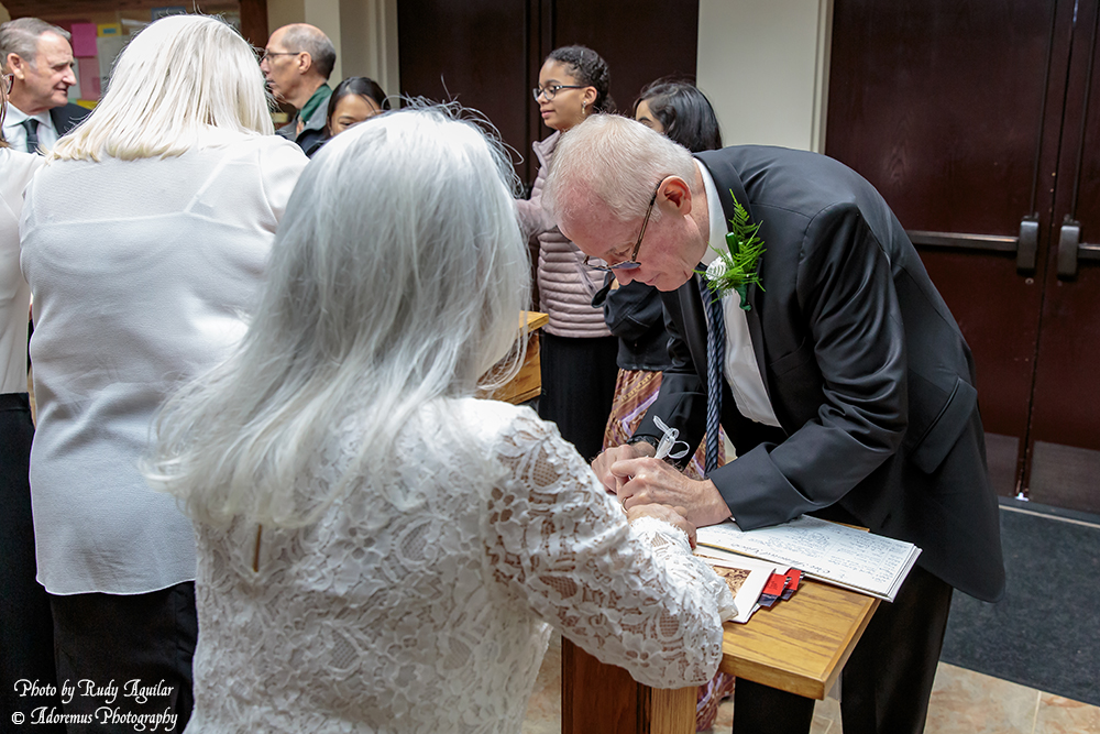 01 Signing the guest book